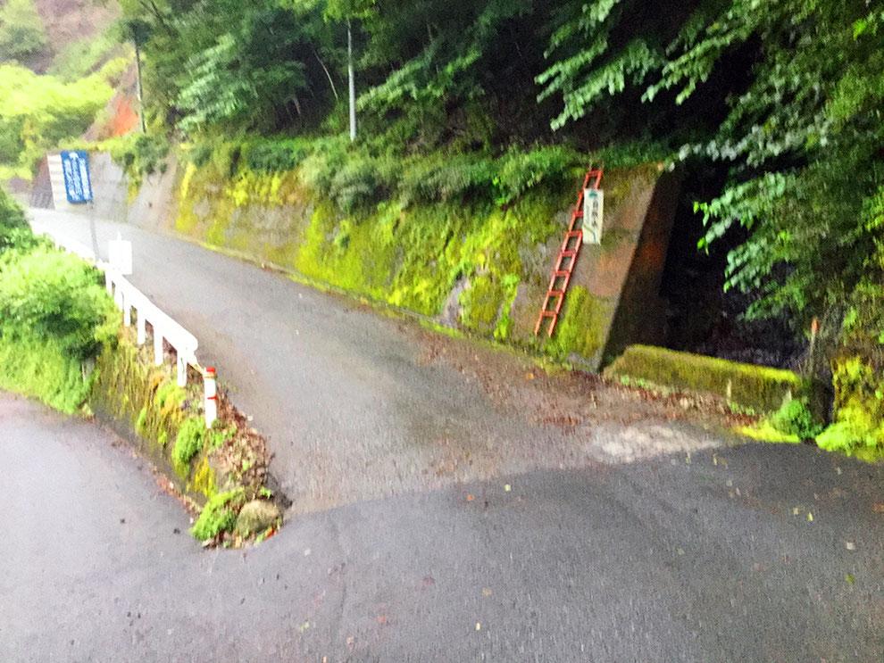 奈良県野迫川村の道路わきに流れる自然水