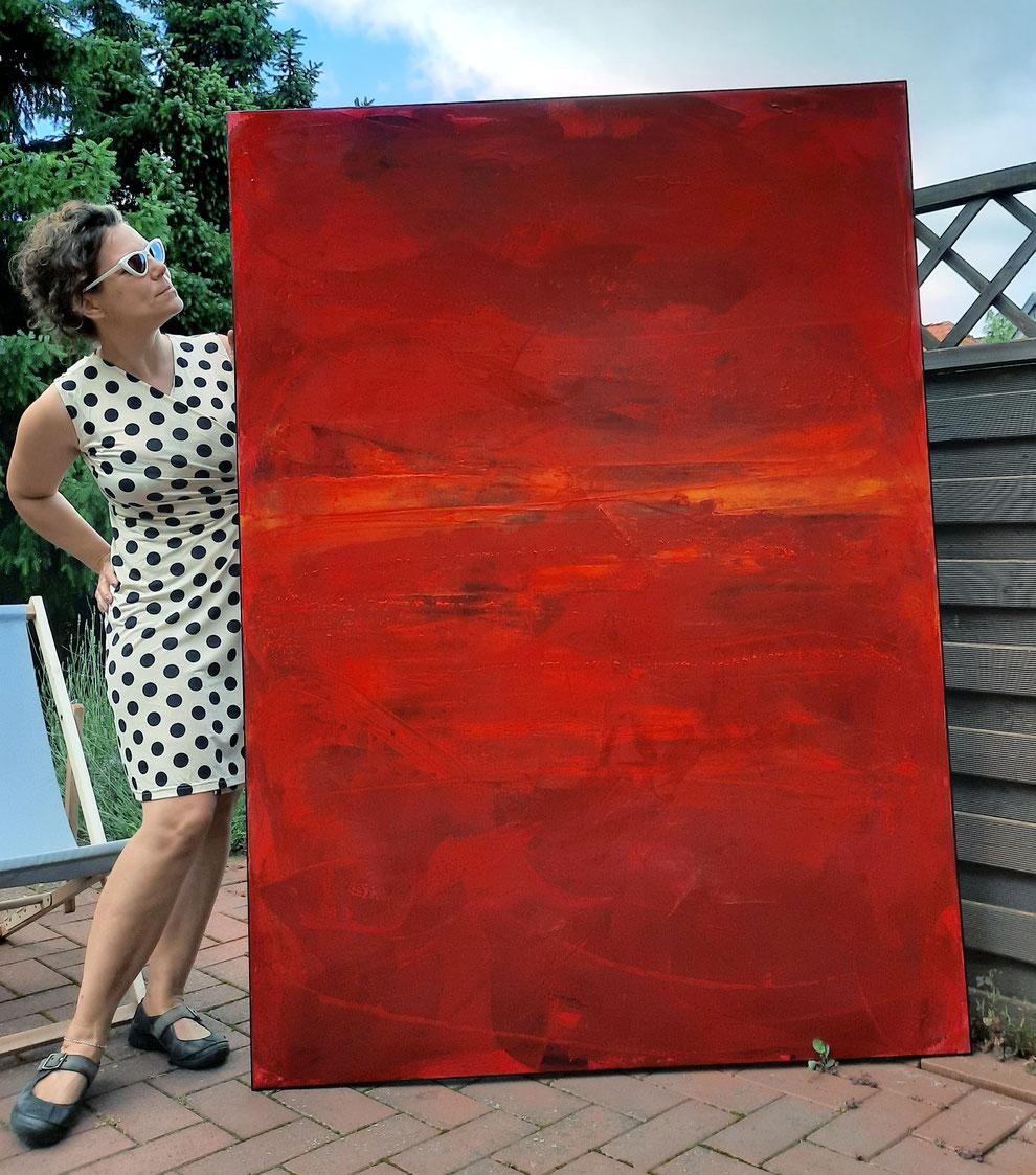 künstlerin und großes rotes Biild Gemälde