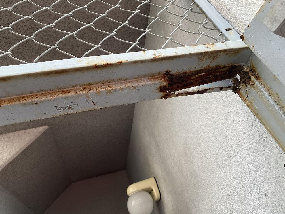 鉄のドア枠が腐食したドア2