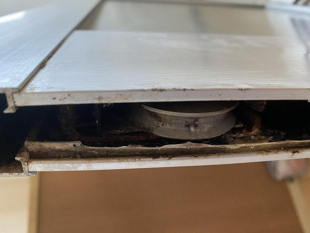 左側の引戸の腐食した戸車