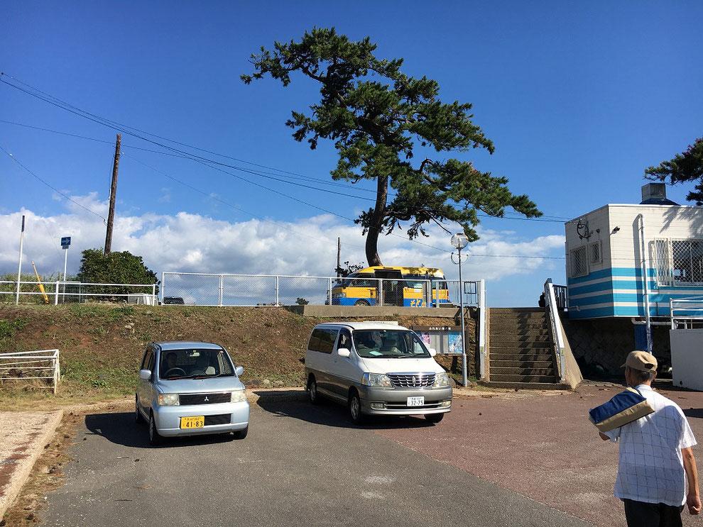 池島港にいるバス