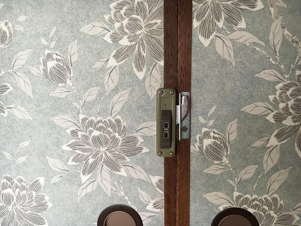引戸(襖)に面付鎌錠を付けたところ(室内側・施錠時)