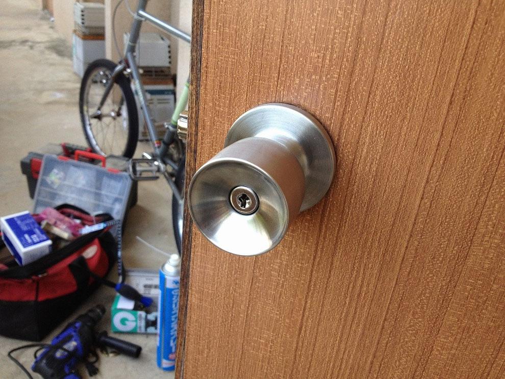 円筒錠(ボタン錠)の室外側の写真