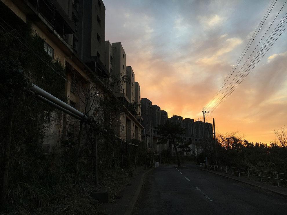 夕焼けの八階建てアパート
