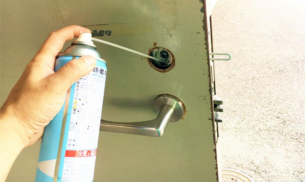 鍵交換時錠本体へグリスアップしているところ