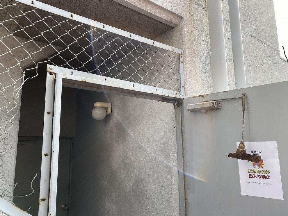 鉄のドア枠が腐食したドア1
