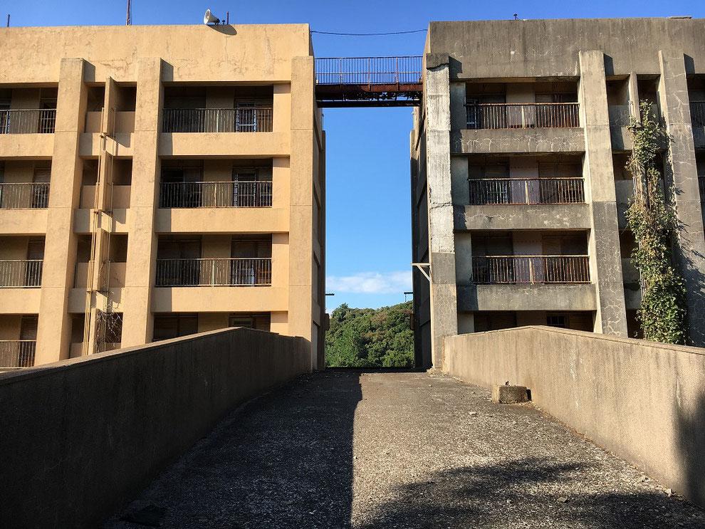 八階建てアパートの連絡橋