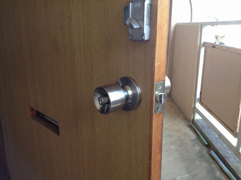 円筒錠(ボタン錠)の室内側の写真