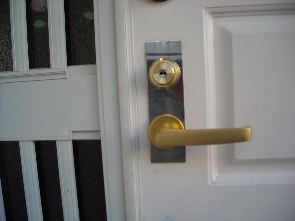 玄関の鍵をレバーハンドルへ1