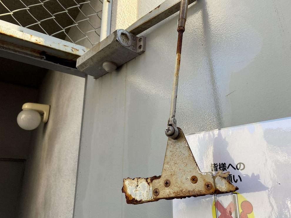 鉄のドア枠が腐食したドア3