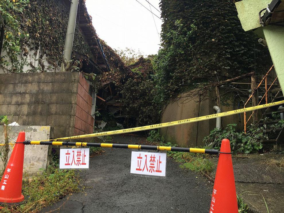 建物倒壊で通行止めの池島の道