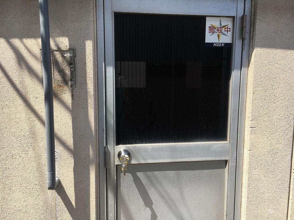 ドアノブの真ん中に鍵穴がついたタイプのガラス入りドア