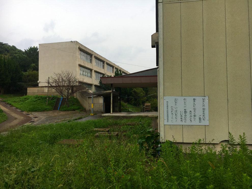 池島小中学校の体育館とアパート
