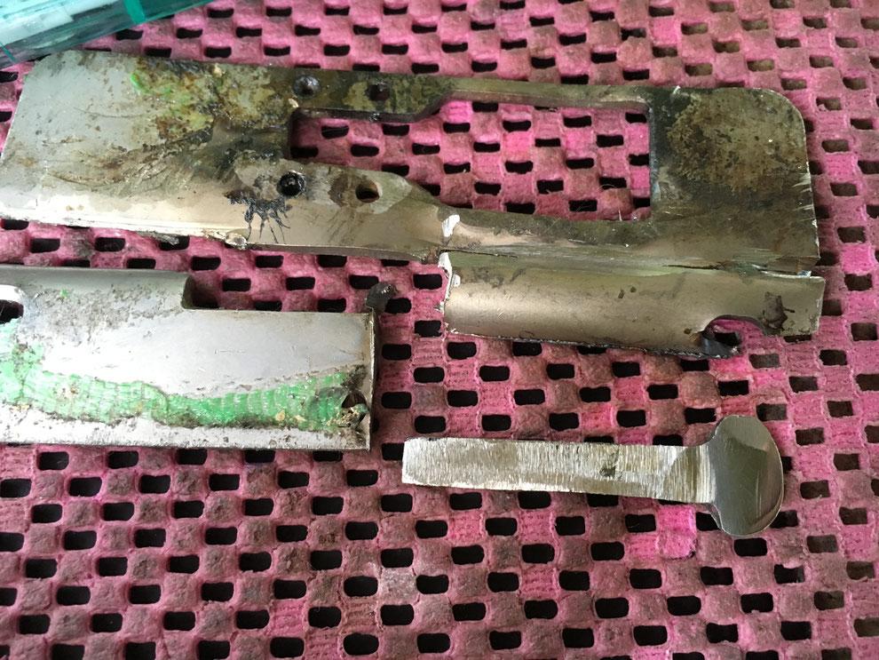 部品切り出し後の金属の塊