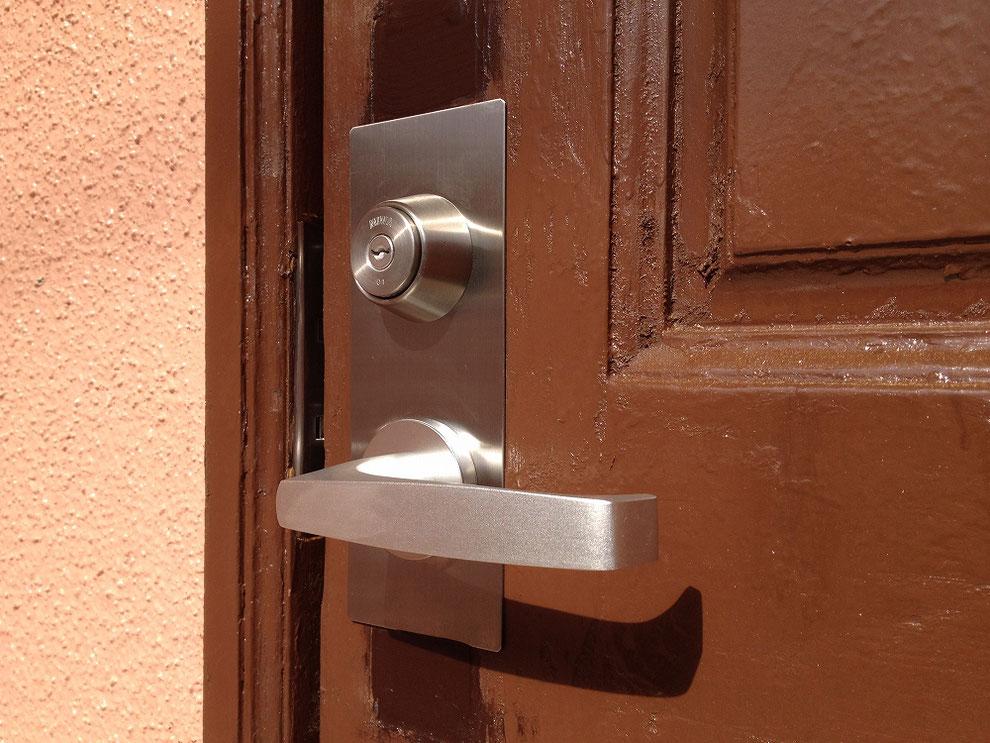 錠前取り付け施工後の室外側写真