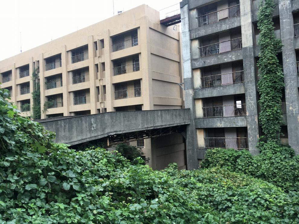 8階建てアパートの裏側と連絡橋