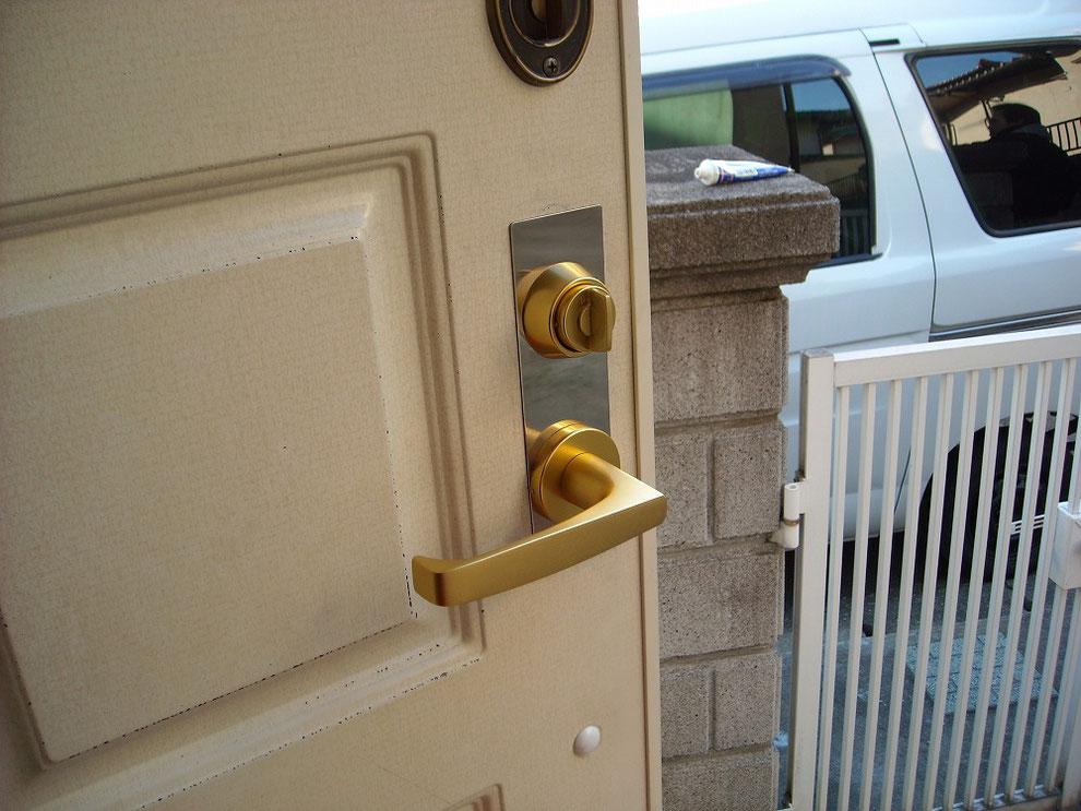 玄関の鍵をレバーハンドルに室内側