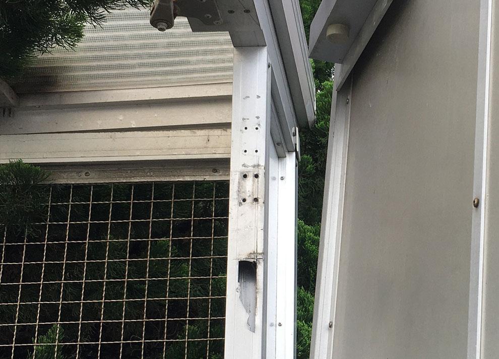 アルミのドア枠が割れたゴミ置き場その3