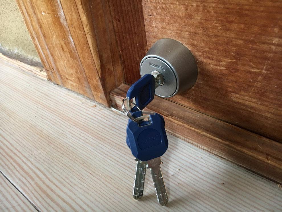 室外側の鍵穴のアップの写真