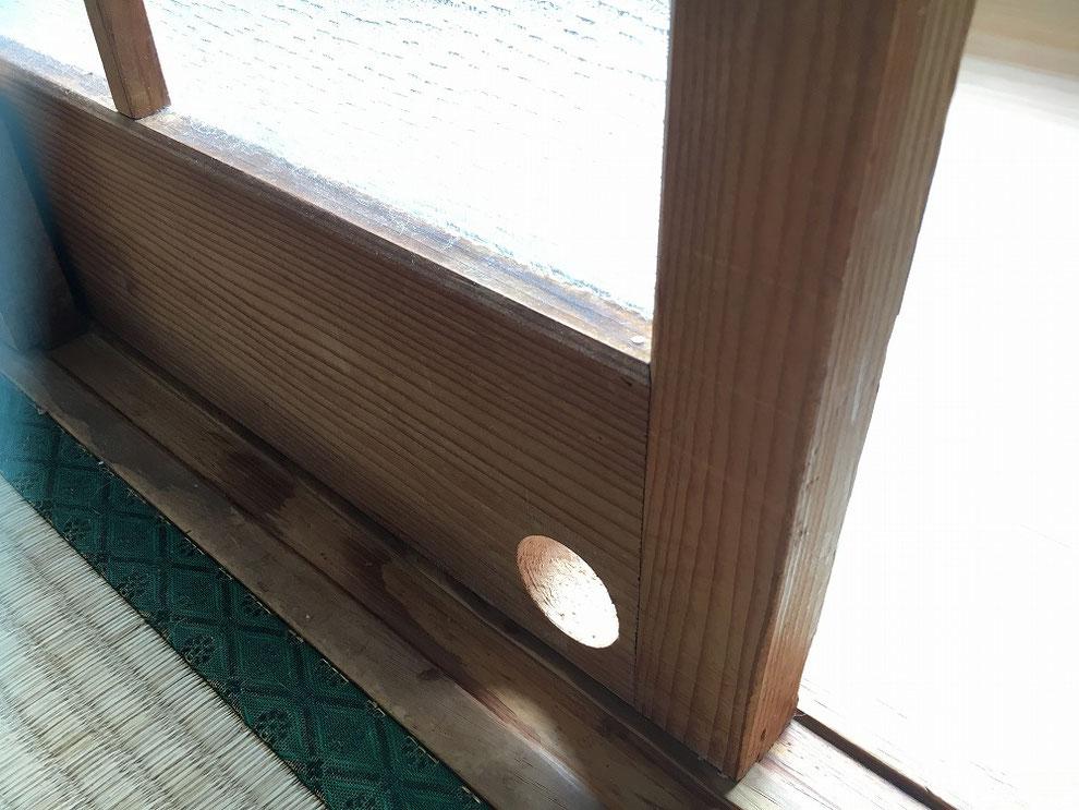 ガラス付き引戸に穴を開けたところ