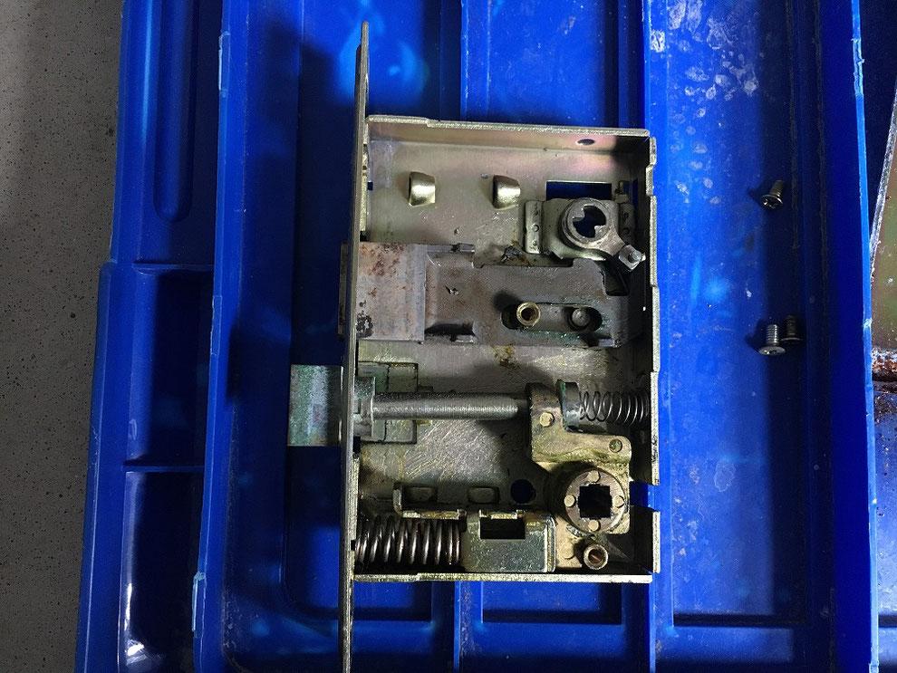 メンテナンスを怠った錠本体の内部の写真