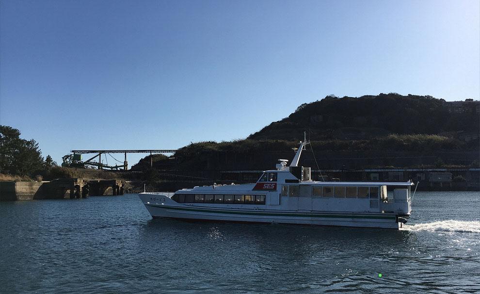 池島港を出港する高速船