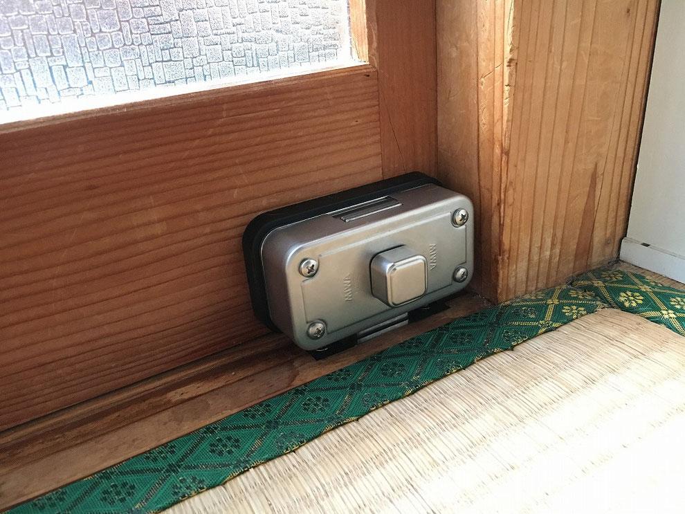 引戸に面付本締錠を付けた、室内側からの写真