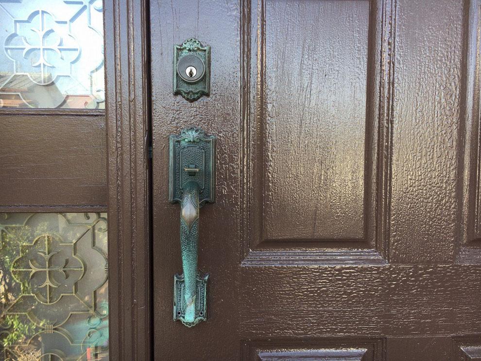 木製ドアについたサムラッチ錠