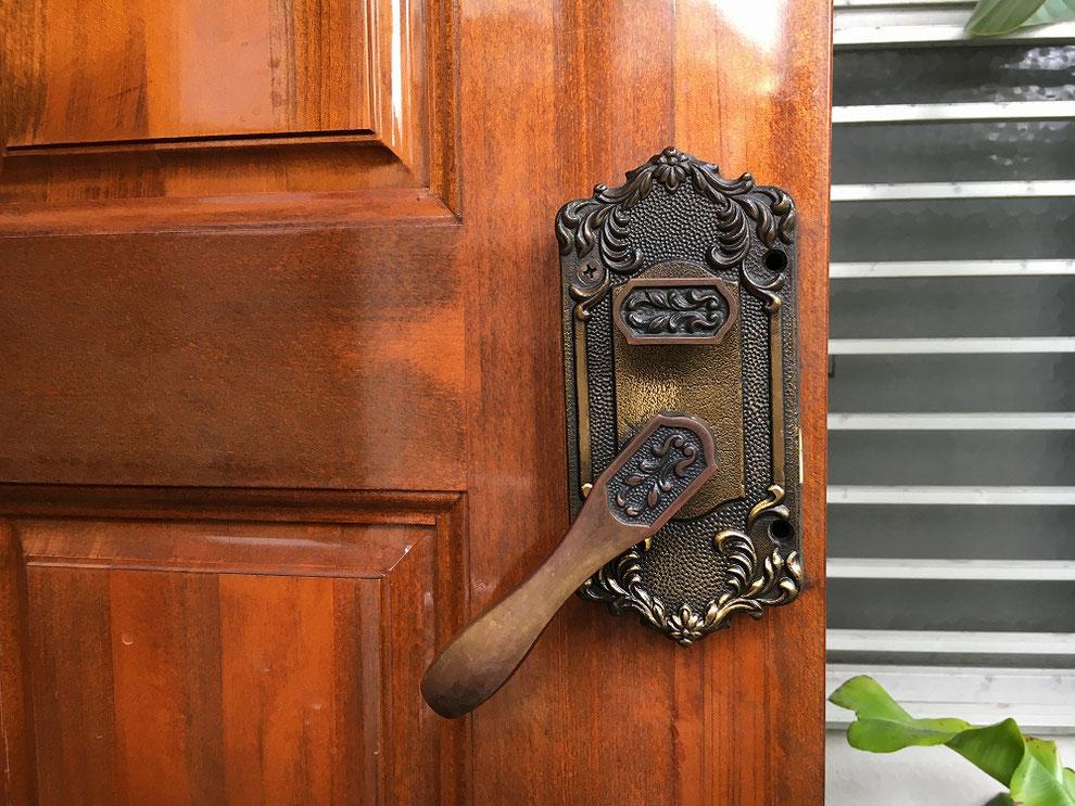 廃番のためドア全体交換と言われた錠前の交換前(別パターン・室内側)