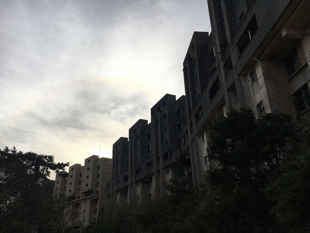 雨の日の八階建てアパート