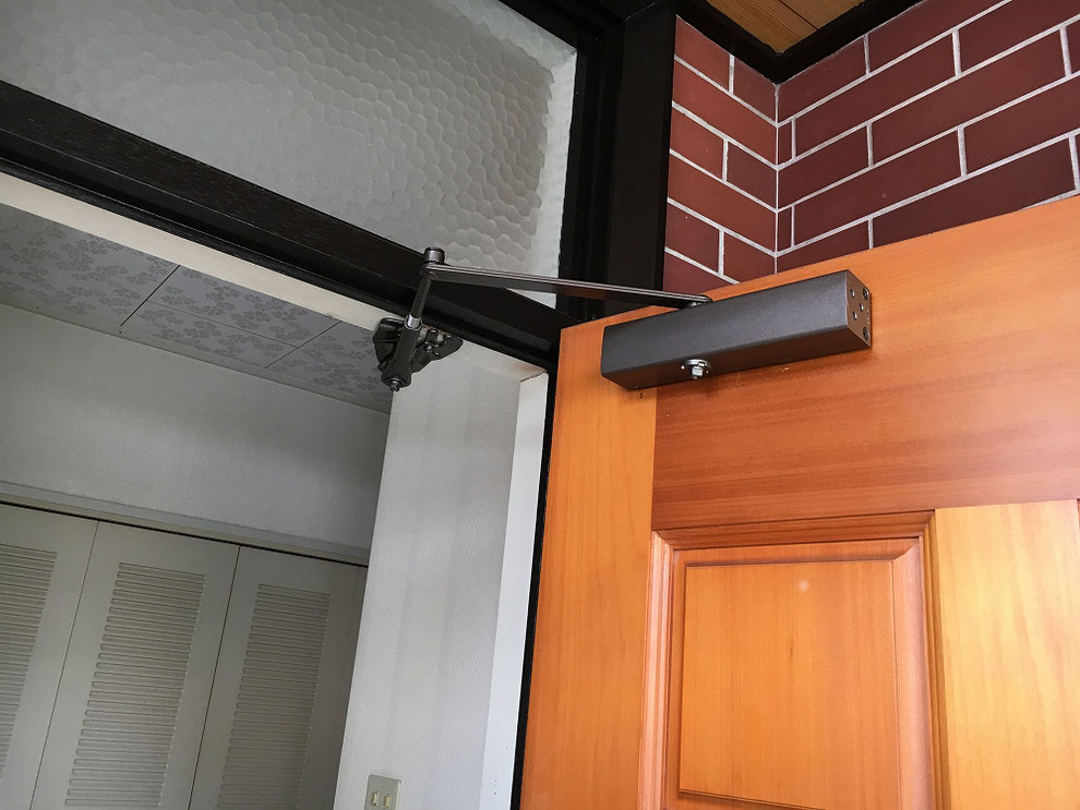 ドアのドアクローザーの参考写真