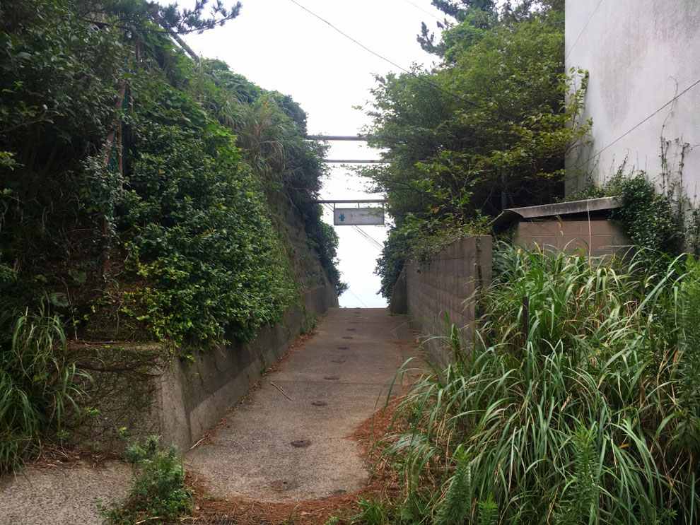 池島のアパートの一角にある炭鉱入り口
