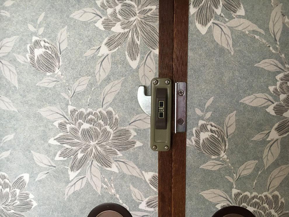 引戸(襖)に面付鎌錠を付けたところ(室内側・解錠時)
