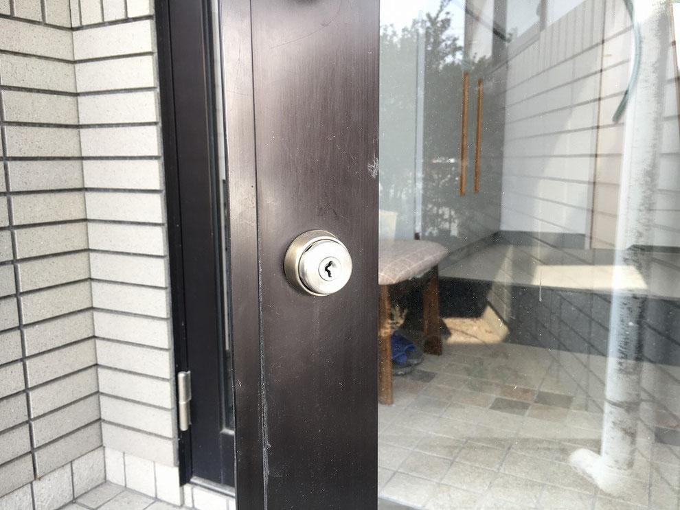 ガラスドアの室外側の写真。今回はこの鍵穴を新しいものに替えます。