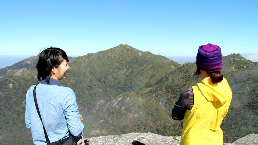 黒味岳山頂から宮之浦岳を望む(黒味岳ガイドツアー)