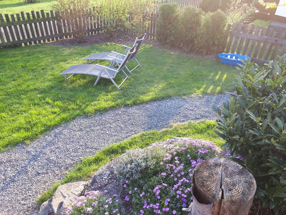 Der Süd-Garten von Haus Talblick auf der Terrasse stehend
