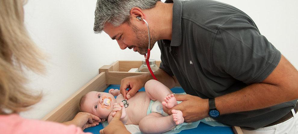 Dr. Julius Wiegele Untersuchung Baby