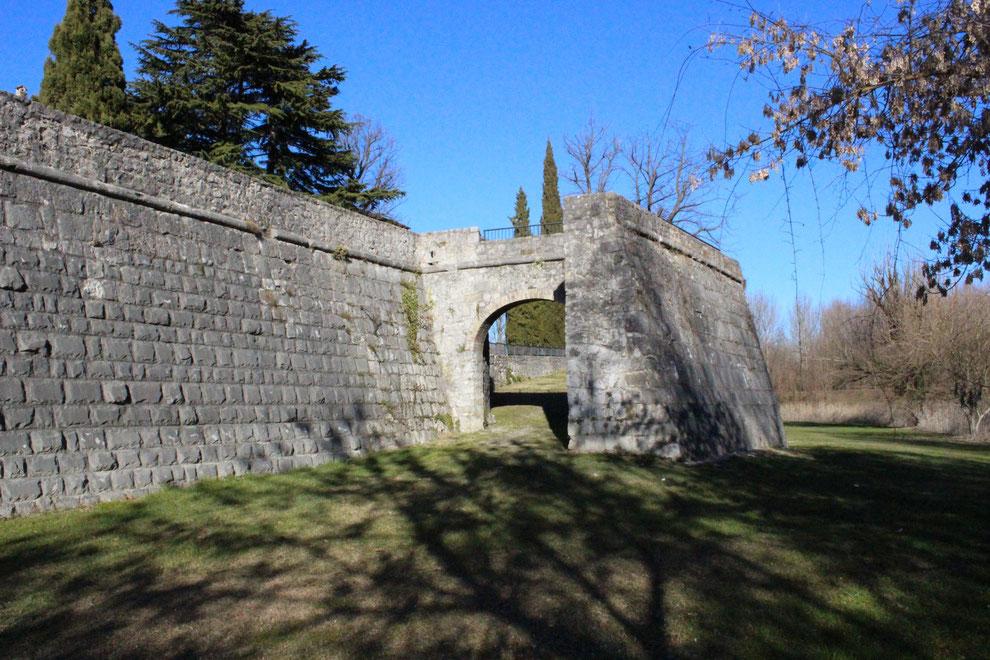 Gradisca d'Isonzo, le mura venete dal lato orientale con la Porta del Soccorso