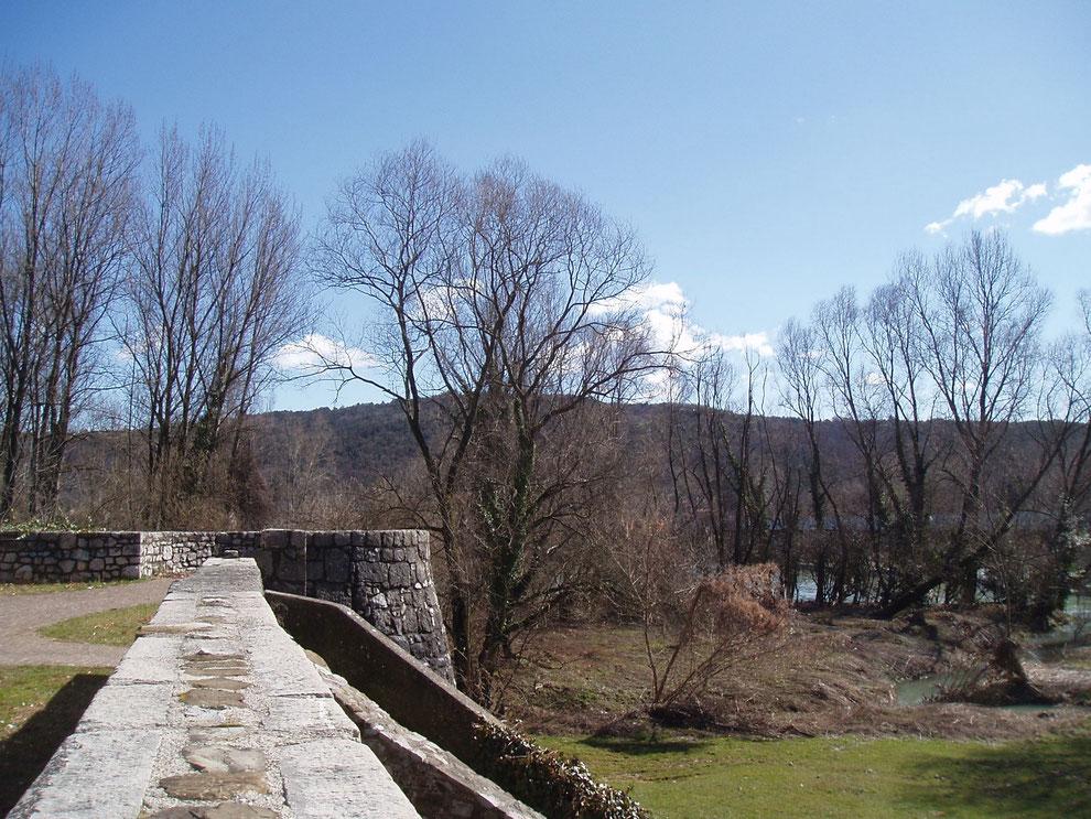 Gradisca d'Isonzo, passeggiata lungo le mura venete verso il Torrione della Marcella. Sullo sfondo l'Isonzo e il Carso