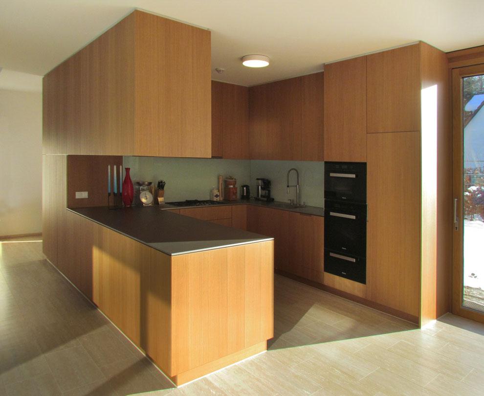 Kubistische Küche, Fronten Eiche furniert, Arbeitsplatte Edelstahl gebürstet
