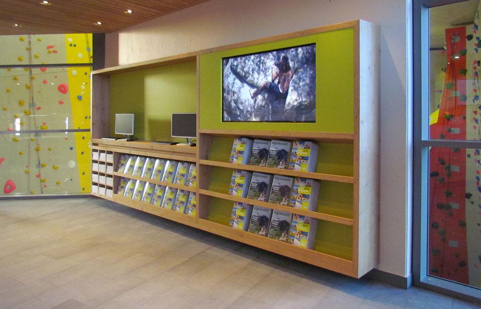 Großes Wandregal mit Zeitschriftenfächer und integriertem Bildschirm, Präsentationsregal und Infoplätze