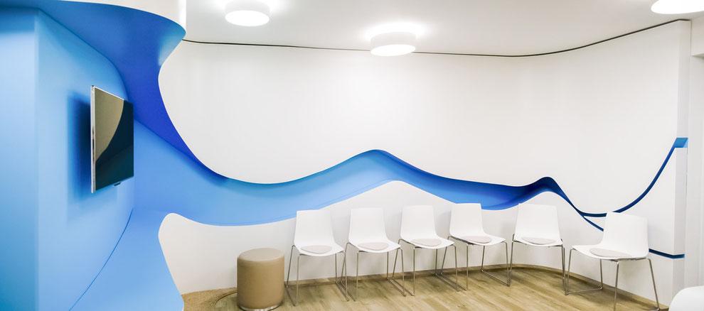 Wartezimmer mit geschwungenem 3D-Wandelement, farbig lackiert