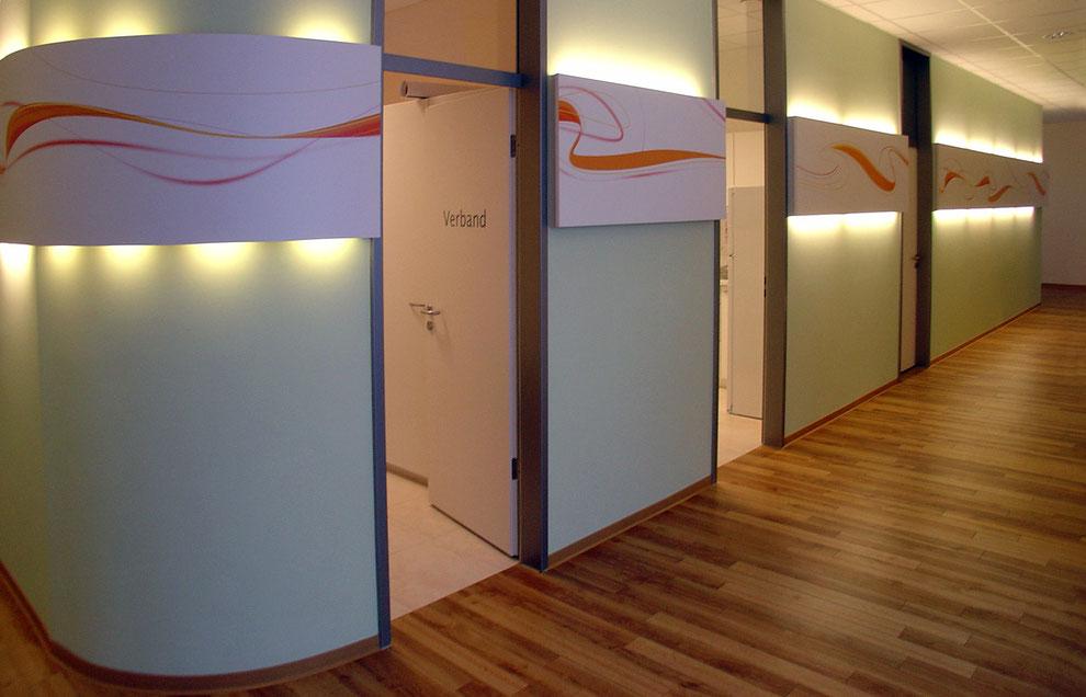Wandverkleidung und Lichtband mit Digitaldruck