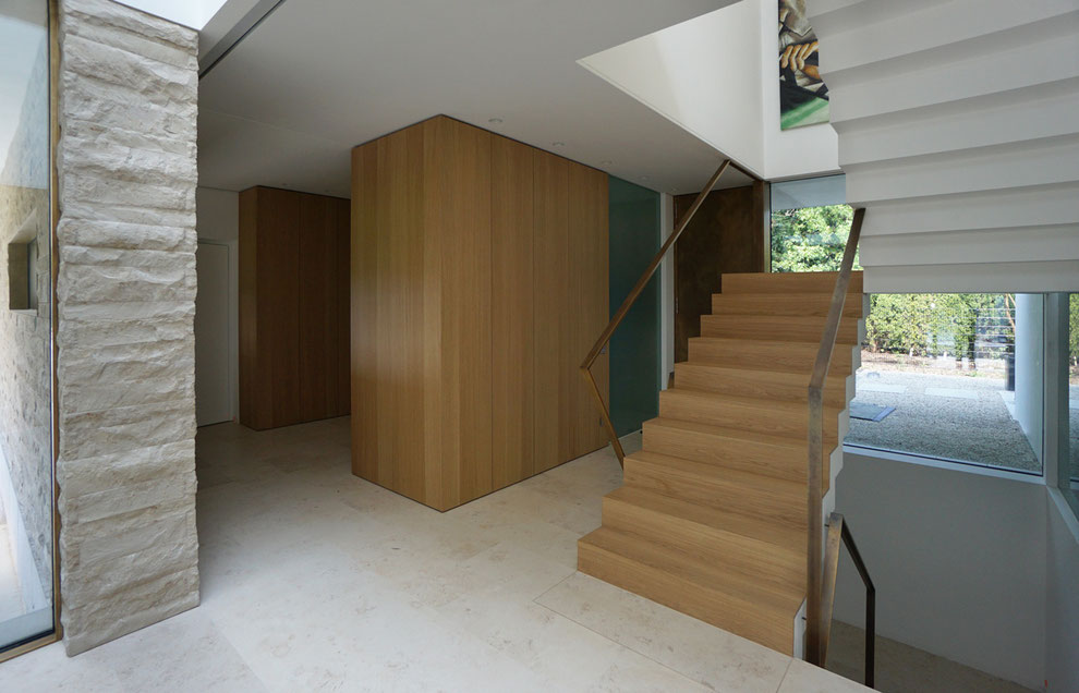 Garderobenschrank (Eiche furniert) mit grifflosen Türen (Soft-Touch), Ecken auf Gehrung