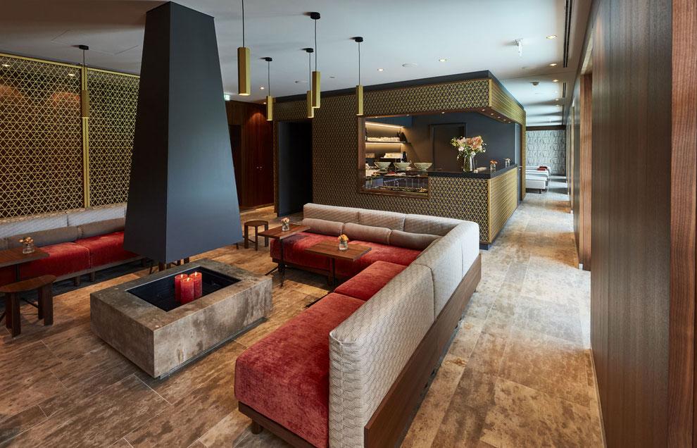 Hotel Spabereich, Restaurant mit Sitzmöbeln, Nussbaum Wandverkleidung