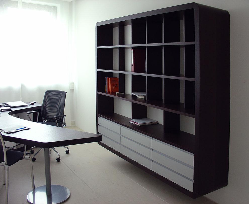 Schreibtisch und Wandregal in dunkler Holzoptik, Wenge furniert, eloxierte Blenden aus Aluminium