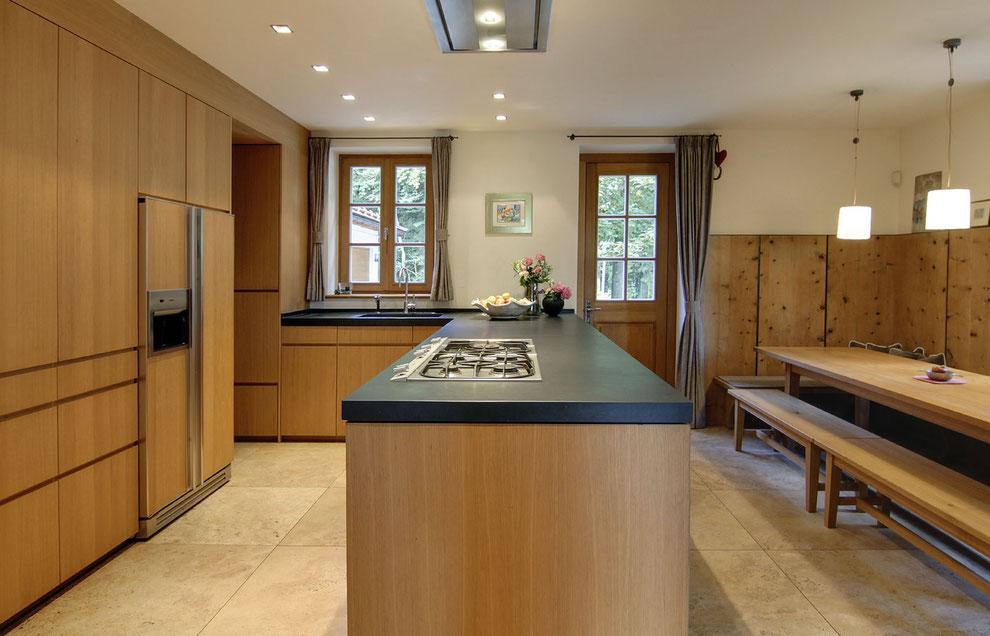 Echtholz Furnier Küche, Eckbank mit Tisch aus Massivholz, Wandverkleidung Massivholz