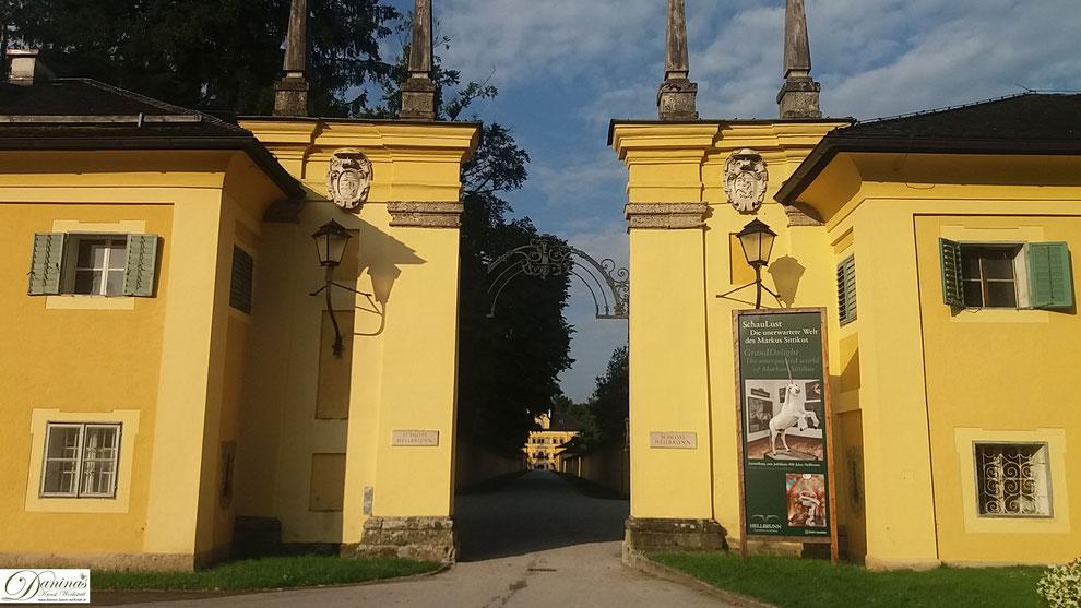 Salzburg - Eingangsportal zum Schloss Hellbrunn