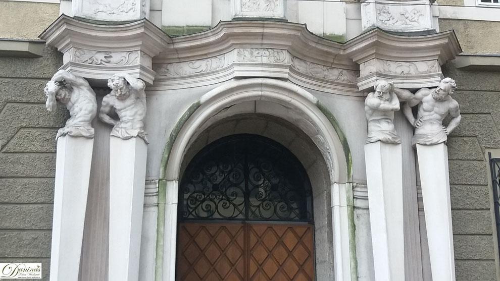 Salzburg. Erhalten gebliebenes Marmorportal des erzbischöflichen Hofmarstalls (heutiges Festspielhaus)