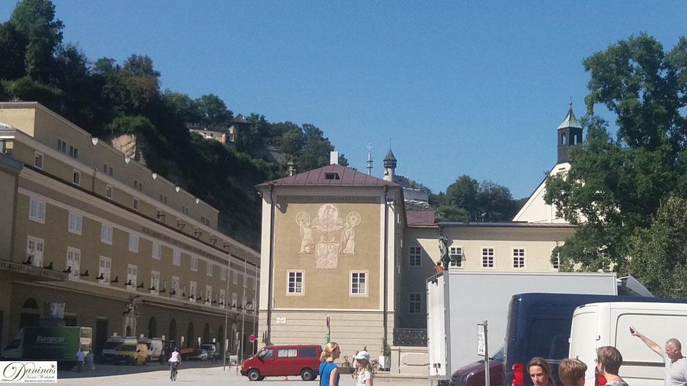 Alte Salzburger Universität - zwischen Festspielhaus (links) und Furtwänglerpark (rechts)